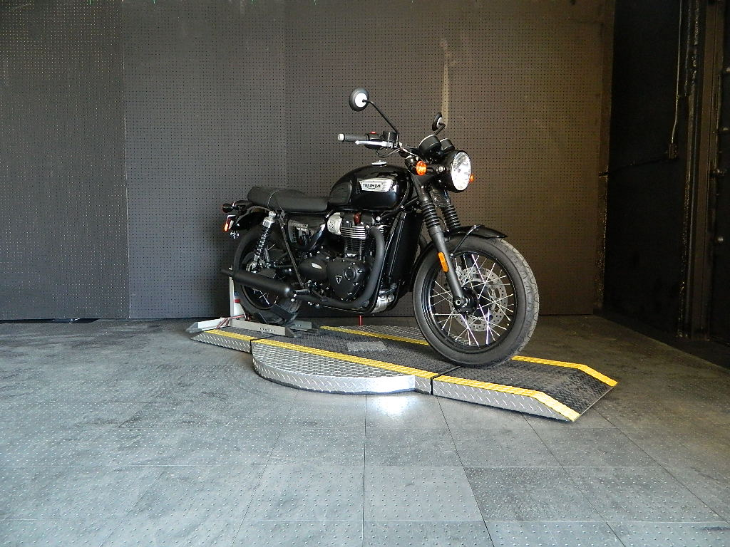 New 2018 TRIUMPH BONNEVILLE T100 BLACK